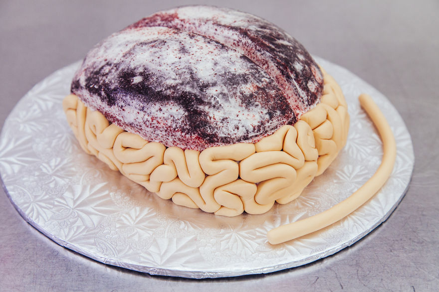 I-made-this-red-velvet-BRAIN-CAKE-for-the-premiere-of-the-WALKING-DEAD2__880 (1)